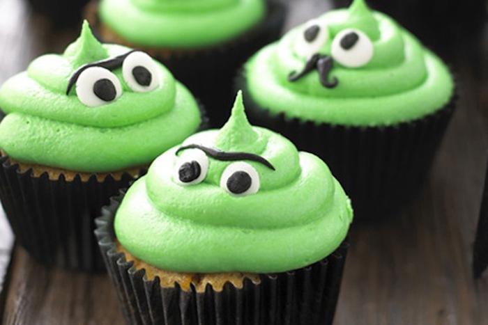 halloween backen, muffins-ungeheuer selber machen, cupcakes mit grüner sahne