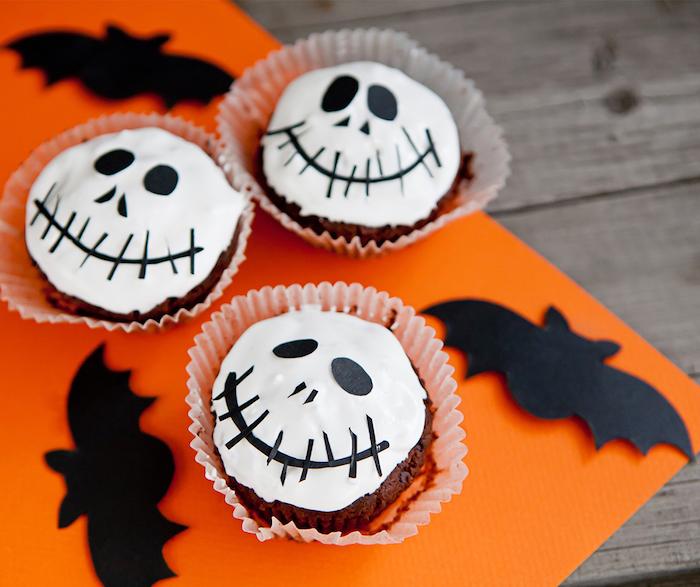 muffins für halloween backen, cupakes festlich dekorieren