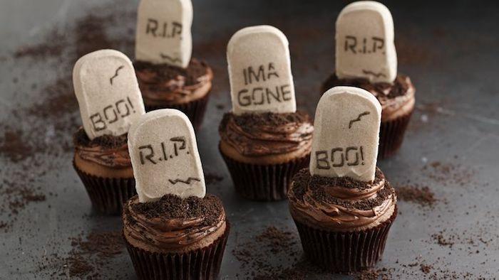 halloween backen, muffins-gräber dekoriert mit schokolade und fondant