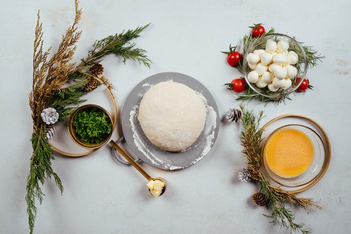 Zutaten für Brötchenkranz, Pizzateig und Babymozzarella, frischer Koriander und Eigelb