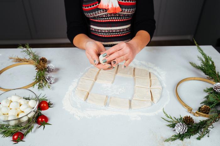 Teig und Mozzarella zu einer kleinen Kugel formen, Brötchenkranz Rezept für Weihnachten