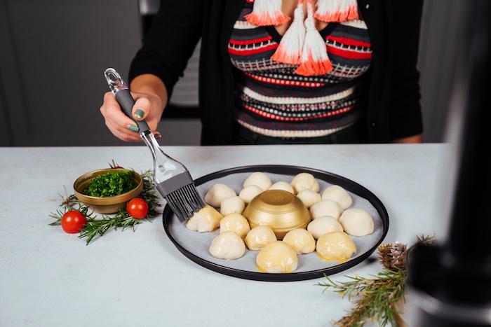 Die Mozzarella Brötchen mit verquirltem Ei bestreichen, in Form von Kranz
