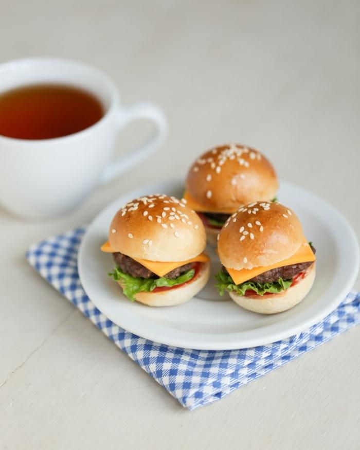 Mini-Burger vorbereiten, leckere Partysnacks, schnell und einfach eine Party organisieren