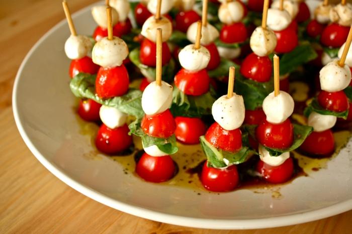 Cherrytomaten mit Mozzarella, leckere Partyhäppchen für Ihre Feier, einfach und schnell vorbereiten