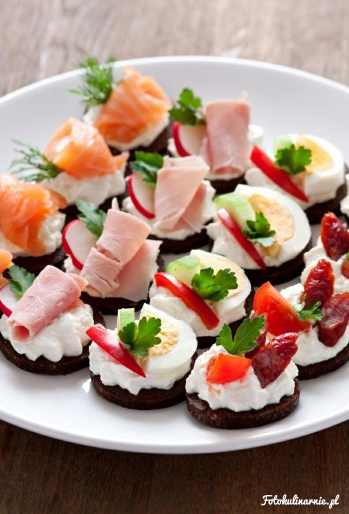 Partyhäppchen mit Lachs, Ei und Schinken, schnelle und einfache Partyrezepte, Gerichte für viele Gäste