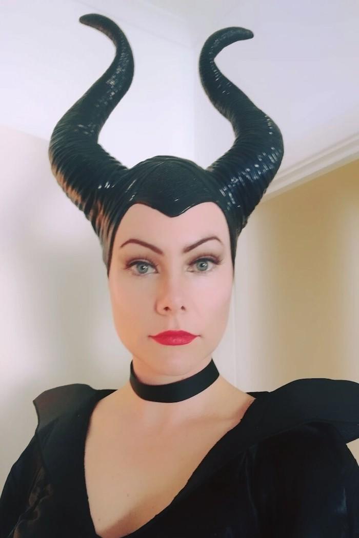 eine Malefitz mit Hörnern, schwarzer Kleid, Halsband und passender Schminke - schnelles Halloween Kostüm