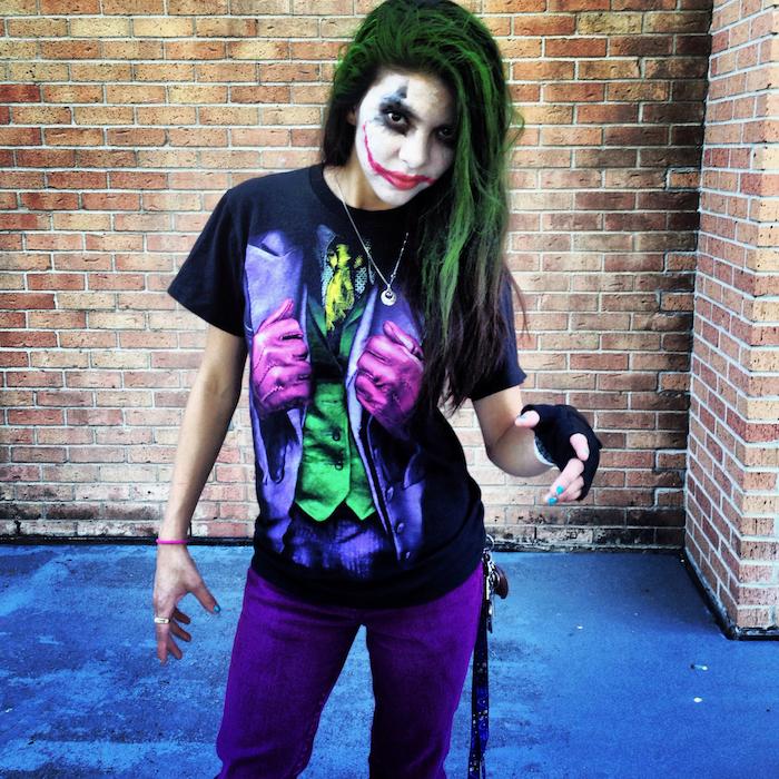 ein Frauenkostüm von dem Joker mit einem bemalten T-shirt, grünes Haar und Make-up einfache Kostüme