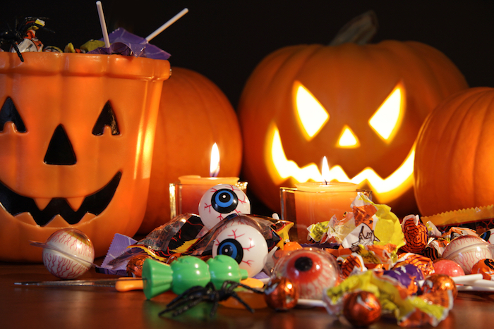 Halloween Hintergrund - die Tüten mit Süßigkeiten und Jack O'Lantern Kürbisse