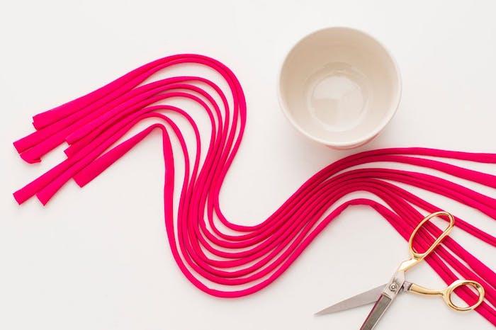 die gedehnten schnüre in rosa farbe der blumentopf eine schere makramee selber machen