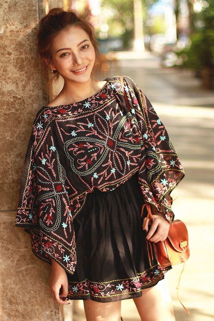 hippie kleider, schwarzer kleid mit buntem blumen-motiv, hochgestechte haare