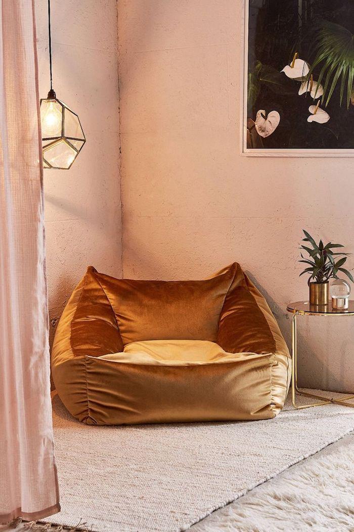 sitzkissen vintage einrichtungsidee wanddeko weiße blumen hängende lampe vase auf dem tisch