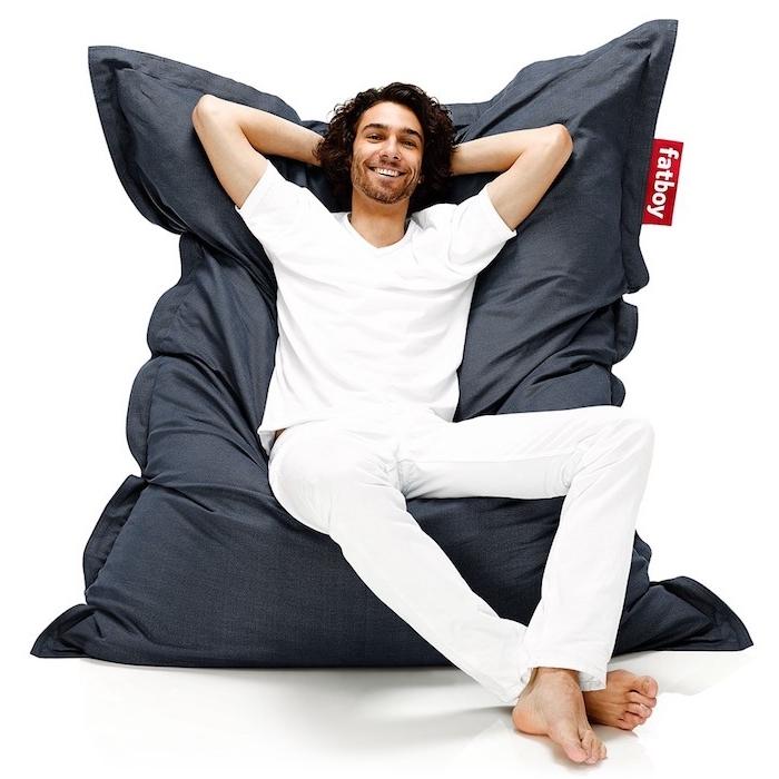 solch einen riesengroßen sitzkissen will jeder haben traumkissen traumteppich mann model idee weiße bekleidung mann