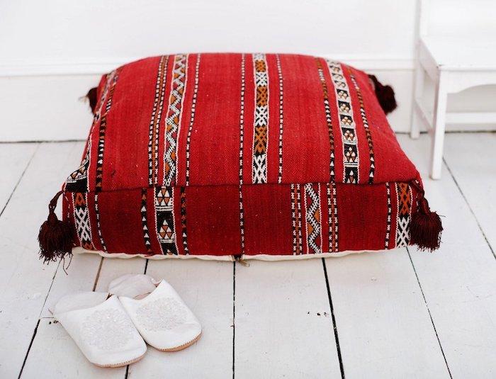 großer roter kissen weiß schwarz und orange dekorative elemente flip flops weiß