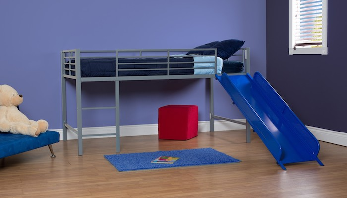 ein Hochbett mit Rutsche - grauer Rahmen und Leiter, blaue Bettwäsche, eine Spielecke