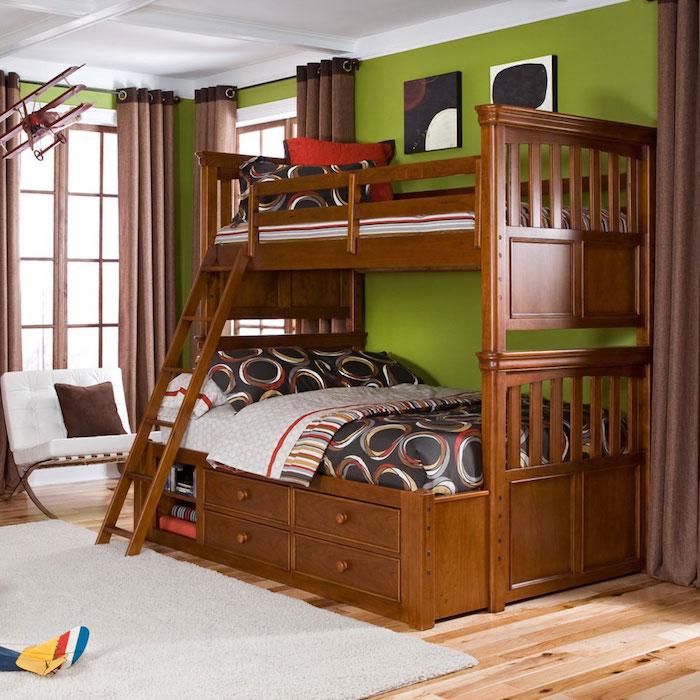 ein gemütliches Zimmer Hochbett aus Holz mit einem hölzernen Leiter