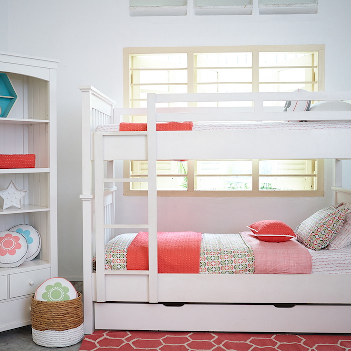 Hochbett für Kinder für zwei Schwester, bunte Bettwäsche in rosa Farbe