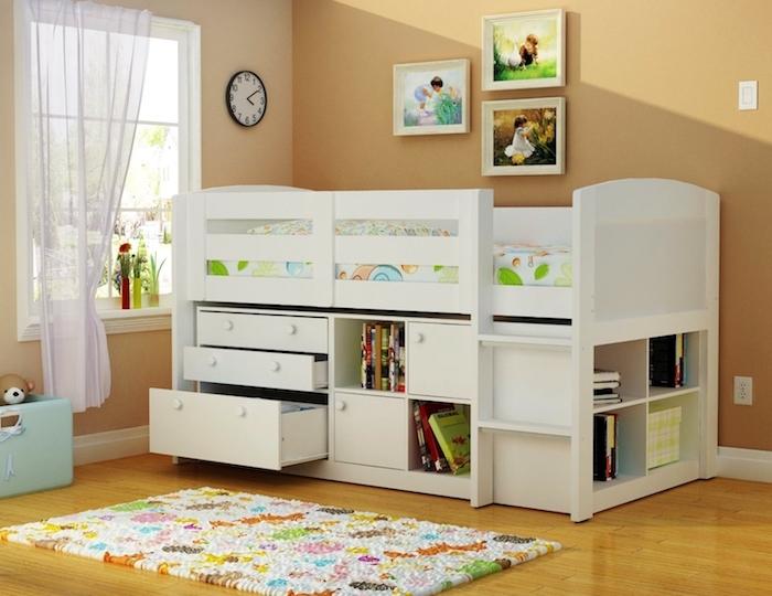 kompaktes Design vom Hochbett mit Treppen, bunte Bettwäsche auf Frühlingsmotive