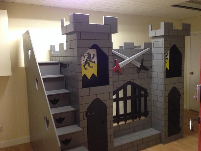Abenteuerbett wie eine Burg mit Fahnen und zwei Schwerte - eine sehr interessante Idee