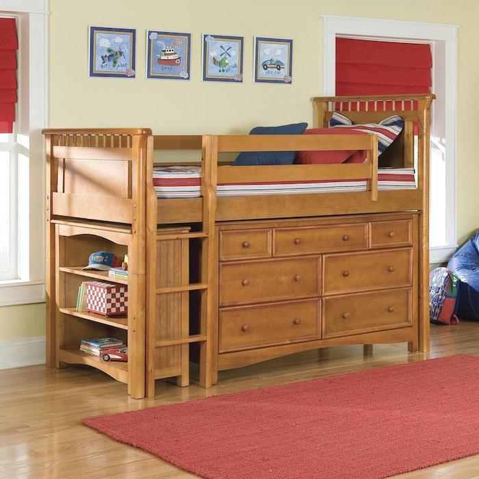 Hochbett für Kinder mit Regalsystem unten und kleine Bilder als Dekoration