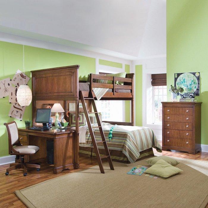 Hochbett mit Schreibtisch und ein bequemer Stuhl und hängende Lampe