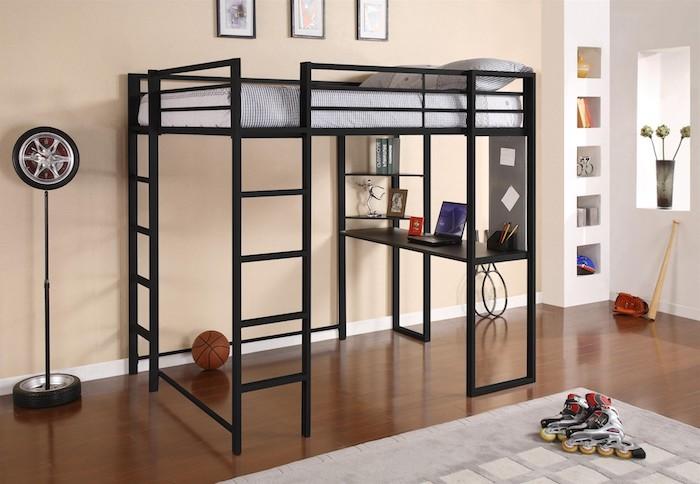 Hochbett mit Schreibtisch ein schwarzer Rahmen in Kinderzimmer eines kleinen Sportlers