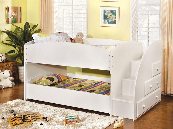 ein weißes Hochbett für Kinder in einem Kinderzimmer mit gelben Wände und Bilder von Blumen