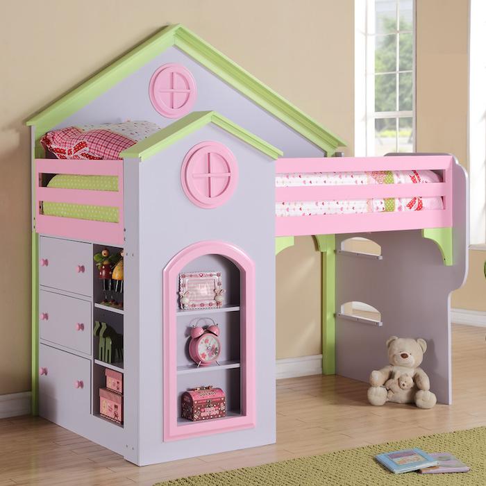 ein Häuschen in rosa und grüner Farbe mit dem Spielbett eines kleinen Mädchen