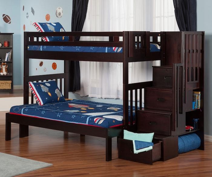 zwei Kinderhochbette aus dunklen Holz im Kinderzimmer mit Laminat Boden