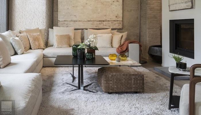 wohnzimmer design ideen weißes sofa kissen auf dem sofa kaminofen sitzkissen unter dem tisch