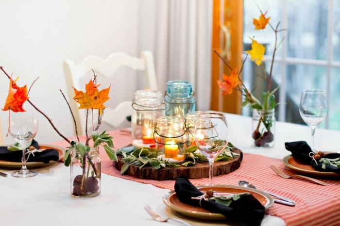 Herbstliche Tischdekoration, Kastanien und Herbstblätter, Einmachgläser als Kerzenhaler