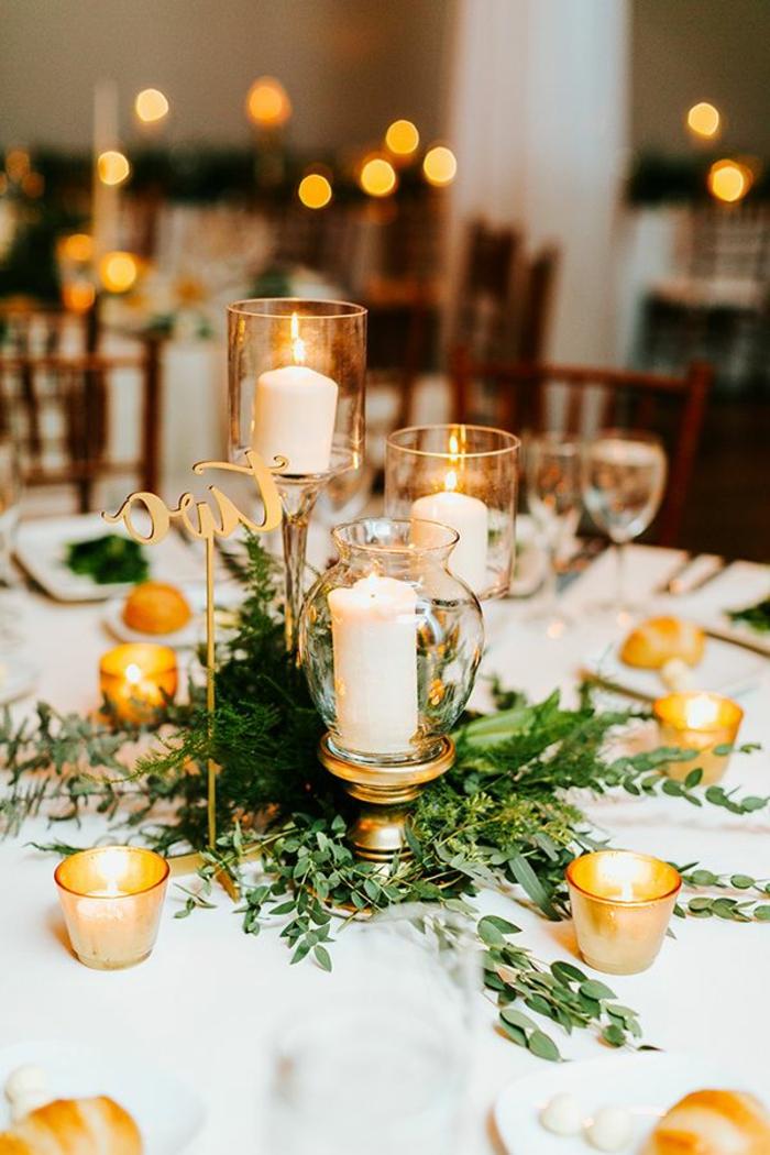 Prachtvolle Tischdekoration, Kerzen in verschiedenen Größen, echte Pflanzen, romantische Atmosphäre