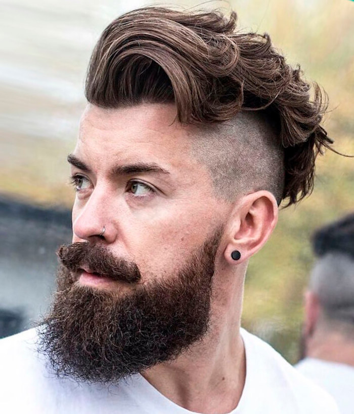 lockige Haare mit Pompadour, lockiger Schnurrbart, rasiert an den Seiten