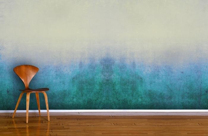 Wand im Flur streichen, Holzstuhl mit modernem Design