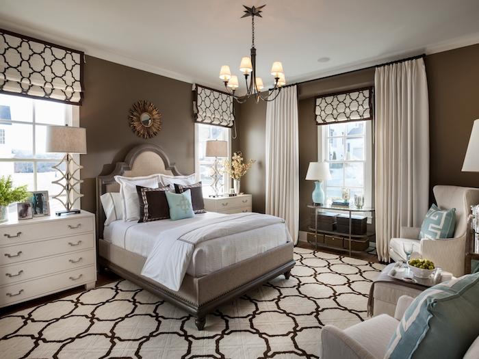 angenehmes Schlafzimmer mit rundem Spiegel, Bett aus massivem Holz, grüne Pflanze
