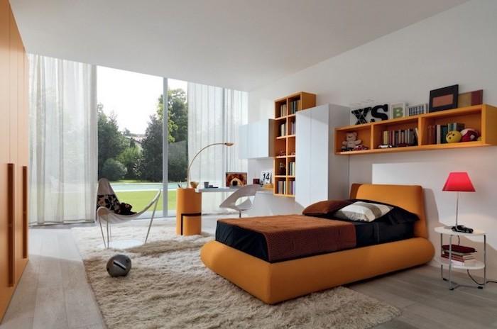 Zimmer mit orangen Möbeln, Relax-Stuhl mit weichen Kissen, Schwimmbad im Garten