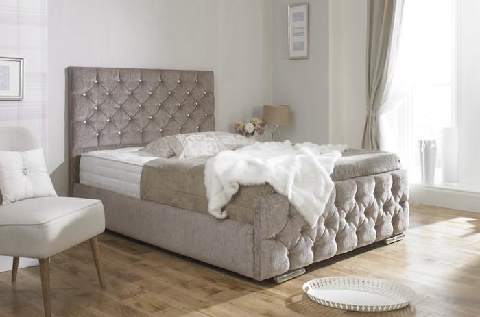Bett XXL, weiße Schlafdecke aus Plüsch, ovale Servierbrett mit Löchern, Polsterstuhl mit Holzbeinen