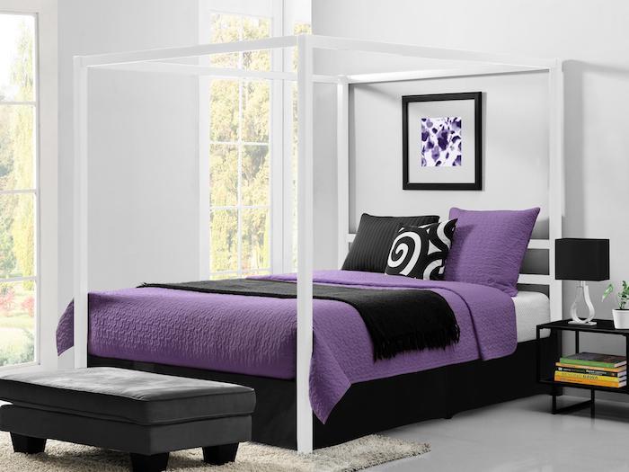 Doppelbett mit Baldachin, weiße Laken und Bettdecke in viollet, zwei schmale Fenster