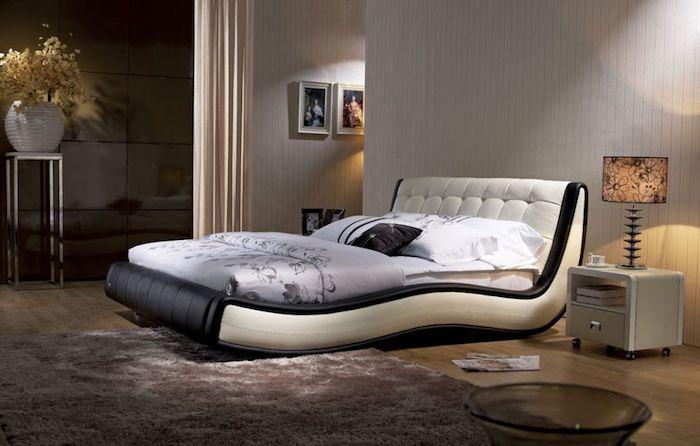 Wasserbett für zwei Personen, Vorhang zur optischen Raumtrennung, weicher Teppich in Grau-Lila