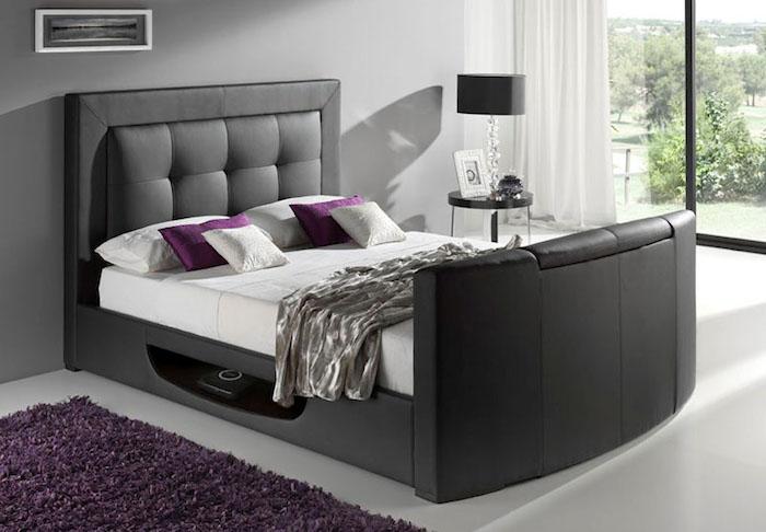 modernes Bett mit Nische unter der Matratze, Schlafdecke aus Satin, Foto auf dem Nachttisch