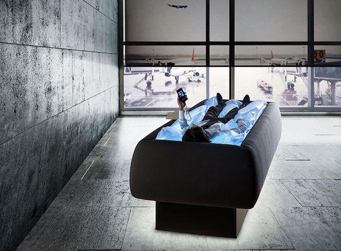 Pausenraum mit schwarzen Boden- und Wandfliesen, ein Mann, der sich entspannt