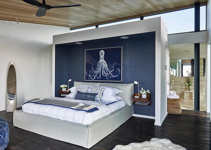 Designer Schlafzimmer in Blau, Flur mit Spiegel, Ventilator an der Holzdecke