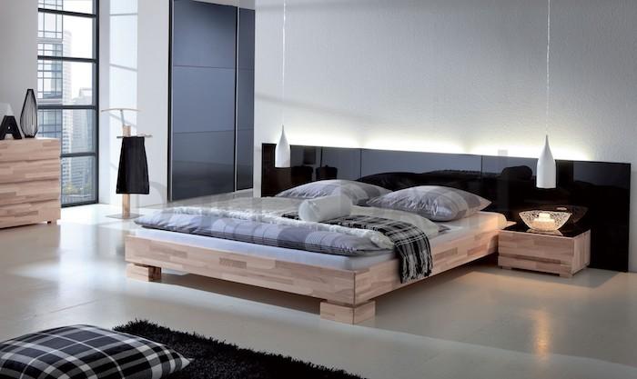großes Bett mit Holzrahmen, hängende Lampen, Licht hinter dem Bett