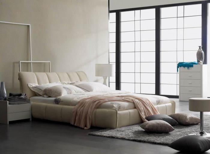 3-flügeliges Fenster, Bett mit Lederrahmen in Beige, Wanddeko in Weiß