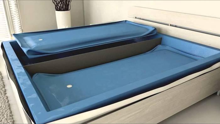 Bett mit zwei Wassermatratzen mit einer Zwischenwand aus Holz zur Isolierung