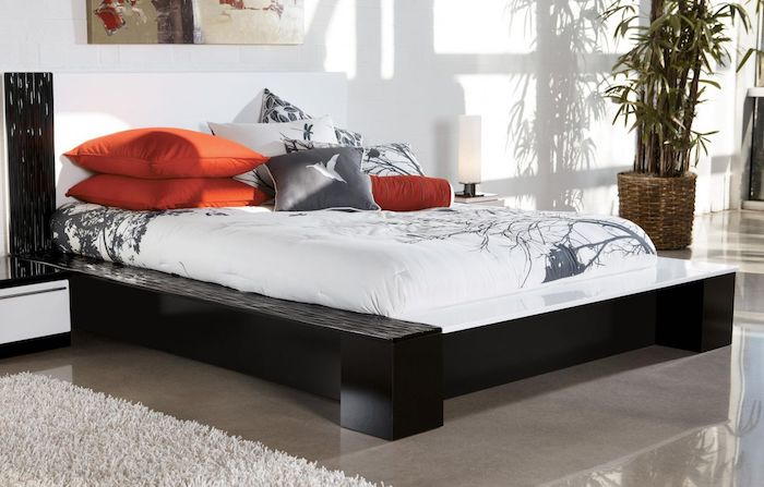 Luxus-Bettwäsche mit Print, große Pflanze in einem Flechtkorb, abstraktes Wandbild