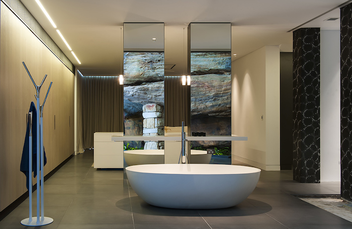 ovale freistehende badewanne aus mineralguss, modernes badezimmer in naturfarben