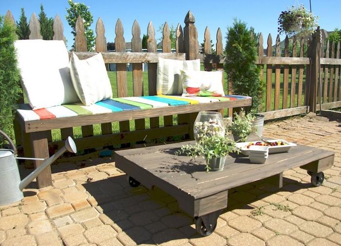 hier finden sie eine idee zum thema palettenmöbel - ein kleiner tisch und ein sofa aus weißem kissen - tolle idee zum thema palettenmöbel terrasse