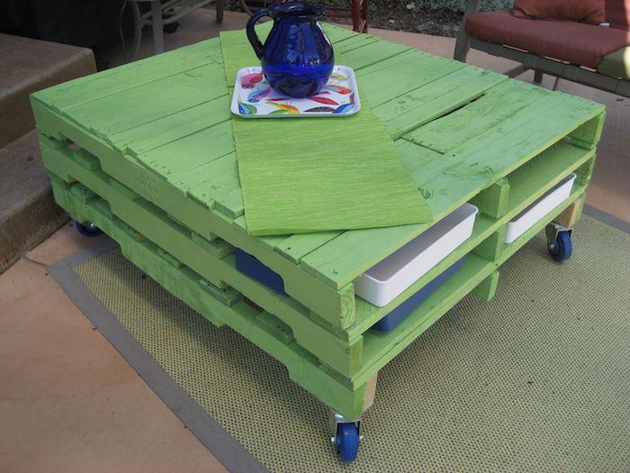 einzigartige idee zum thema gartenmöbel aus paletten für den außenbereich, die ihnen sehr gut gefallen könnte - hier ist ein grüner kleiner tisch aus alten europaletten