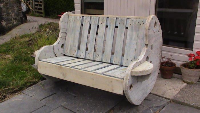 hier finden sie ein sehr schön aussehendes sofa aus alten europaletten - tolle idee zum thema gartenmöbel aus paletten