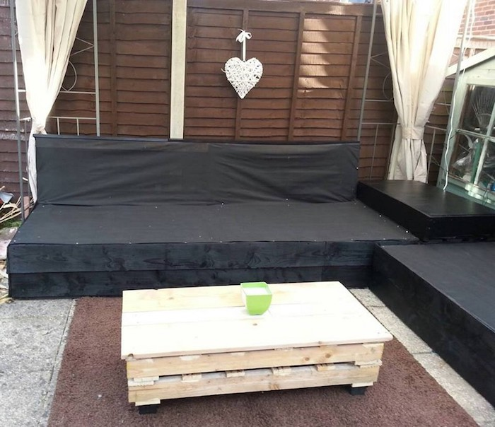 Great ideas on garden furniture made of pallets!